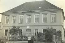 Budova školy, která přestala fungovat v roce 1976, před ní stojí řídící Karel Březina s chotí. Po nich školu vedla jejich dcera Růžena Vokrojová.