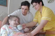 Helena Kašová a Monika Křešničková (zleva) ošetřují Marii Brožovou ve strakonickém Domově pro seniory v Rybniční.í ulici