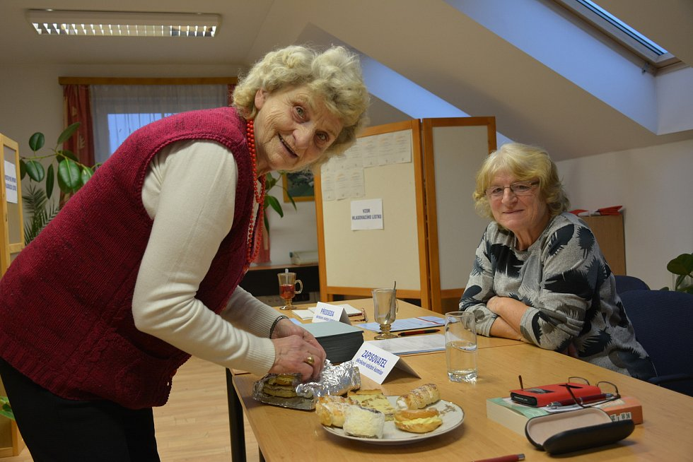 OBRAZEM: V sobotu byla nálada u volební komise ve Skočicích výborná. V pátek zde  odvolilo 80 procent voličů.