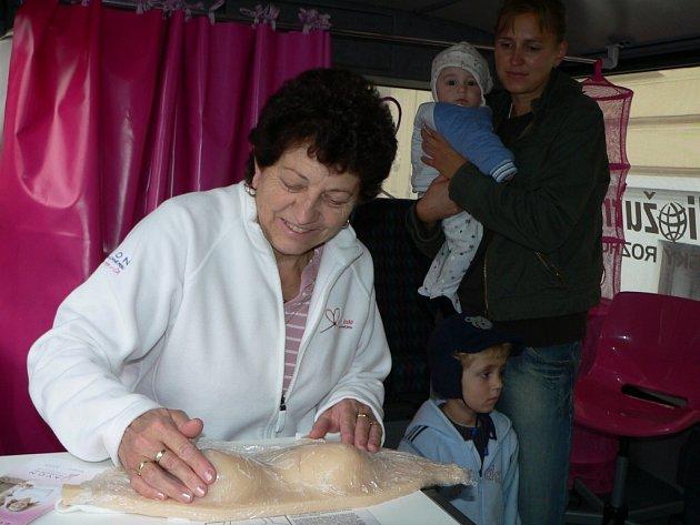 Ženy se v růžovém autobuse mohly na modelu naučit, jak rozpoznat rakovinu prsu.