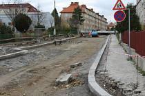 Do měsíce by měla být opravovaná ulice zprovozněna, oddychnou si všichni, hlavně rodiče s dětmi, které tudy denně chodí do školy