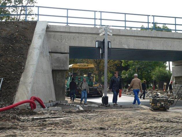 Pod viaduktem u ČZ pojedou auta už o pouti.