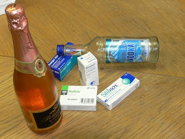 Jeden z mužů zvolil alkohol a léky.