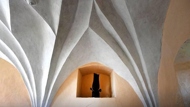 Socha Elegie a sklípková klenba kaple sv. Michaela.