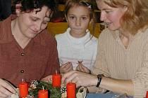 V křesťanském klubu Mana ve Strakonicích se vyráběly adventní věnce