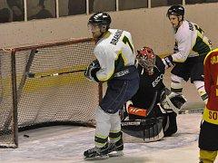 Hokejisté Drahonic (v bílém) si upevnili vedoucí místo v okresním přeboru, druhou Radomyšl přehráli 9:2.