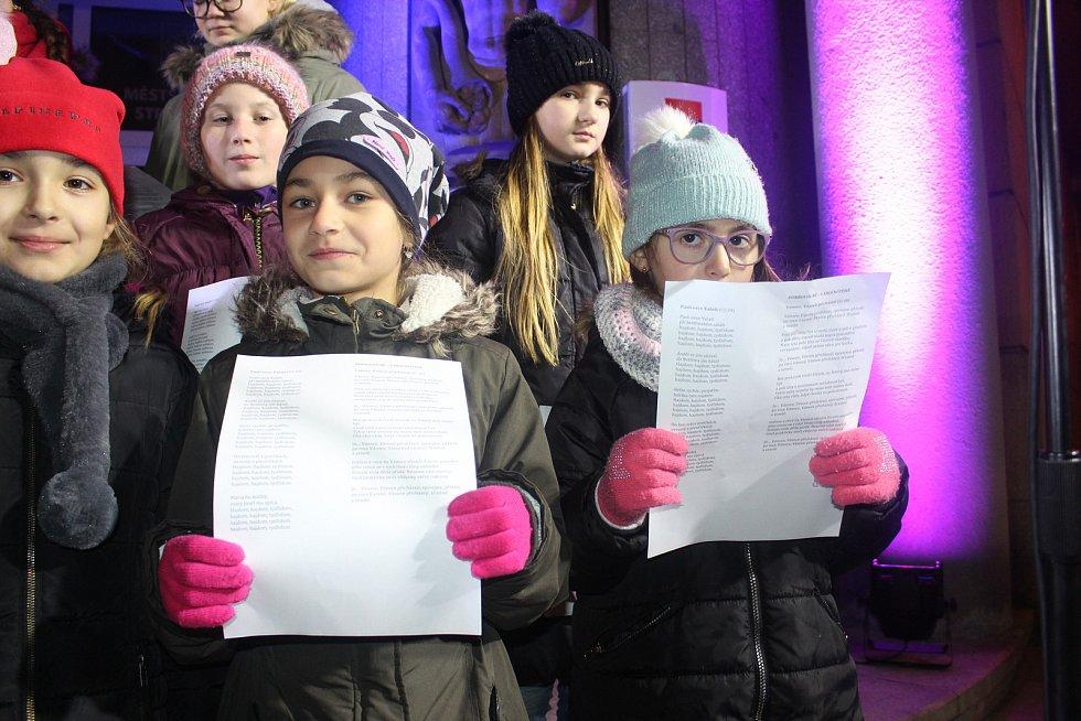 Velké náměstí ve Strakonicích bylo na akci Česko zpívá koledy opět plné.