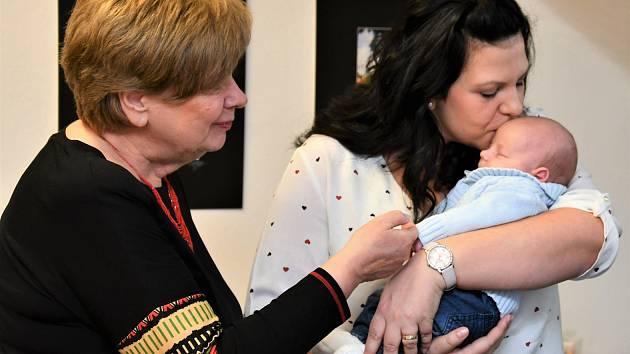 Jihočeská hejtmanka Ivana Stráská přijela do Strakonic za prvním jihočeským miminkem letošního roku.