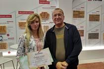 Volyně -  V konkurenci 77 projektů rodinných domů ve vyhlášené soutěži pro studenty středních škol vyhrála Andrea Bočánková. Na snímku se svým učitelem Jiřím Neumitkou.