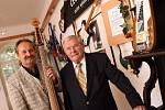 Česká kytara, výstava unikátní sbírky českých elektrických kytar sběratele Jiřího Janků (na snímku s Ladislavem Kořánem) byla 5. května zahájena v muzeu v Blatné.