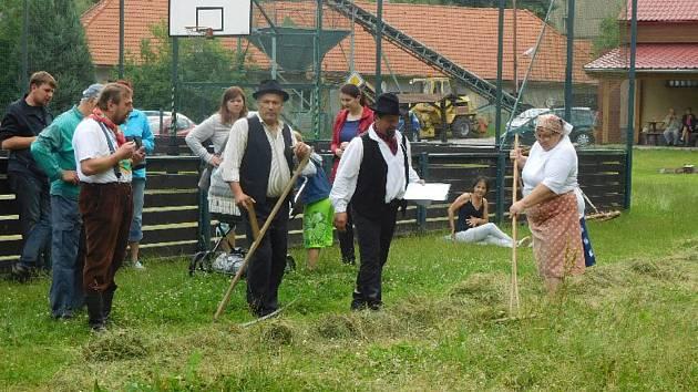 Sečení trávy v Tažovicích.