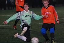 Fotbalisté Katovic a Strakonic B v úterní dohrávce 3. kola Dudák Cupu hráli smírně 1:1. Na snímku vlevo je strakonický Jan Schánělec, který byl u vyrovnávacího gólu svého týmu, v souboji s Martinem Koblicem.