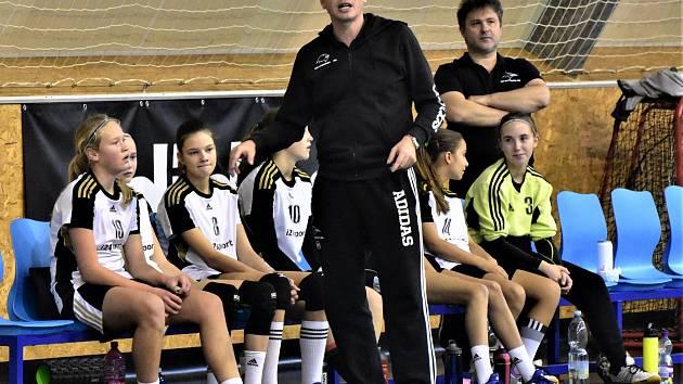 Trenér Vávra dává pokyny mladým strakonickým házenkářkám.