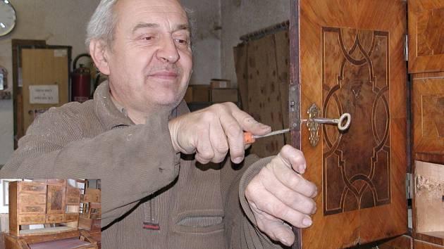 Restaurátor Josef Říha opravuje Zeyerův sekretář (výřez).