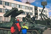 Vojáci 25. protiletadlového raketového pluku si s předstihem připomněli 20. výročí vstupu České republiky do Severoatlantické aliance (NATO). Kulaté výročí oslavili společně se studenty a žáky z několika místních škol.