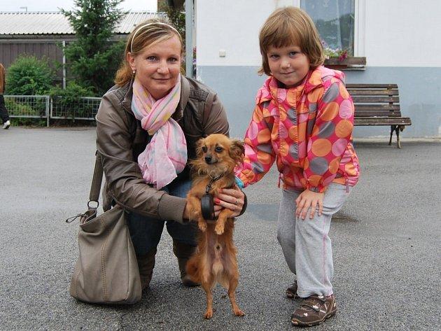 Michaela Klasová ze Strakonic přišla do útulku s dcerou Nelinkou (4). Vyvenčit mohly společně zhruba pětiletého Kekse, který se sem dostal před dvěma týdny.