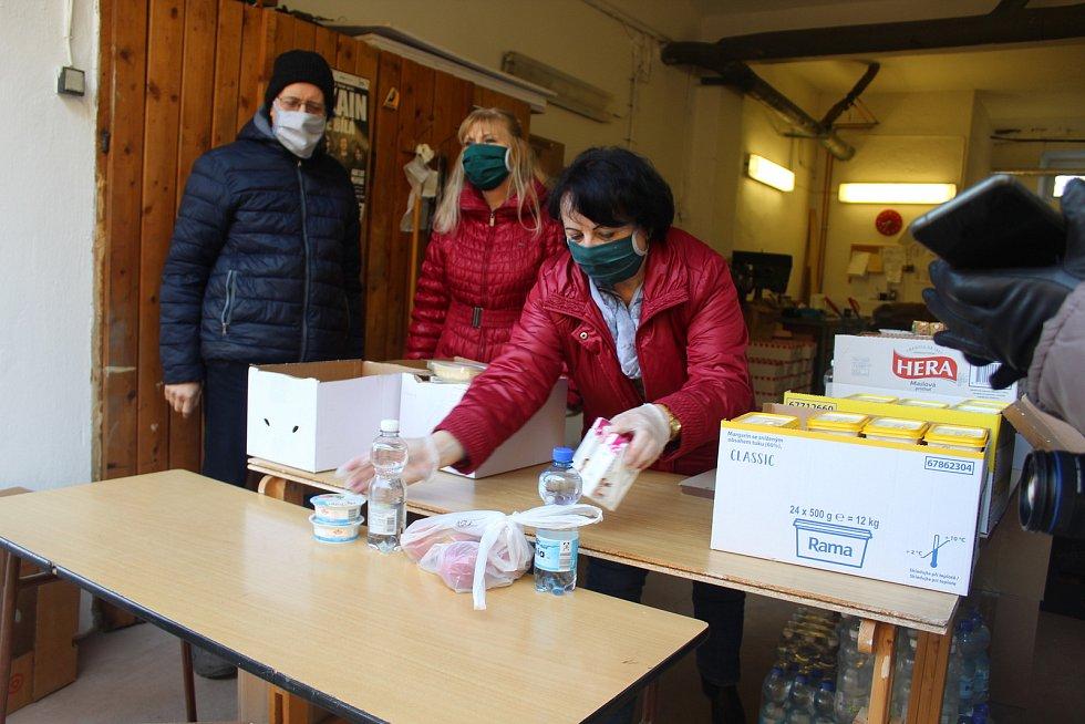 Strážníci asistují například u rozdělování potravin potřebným.