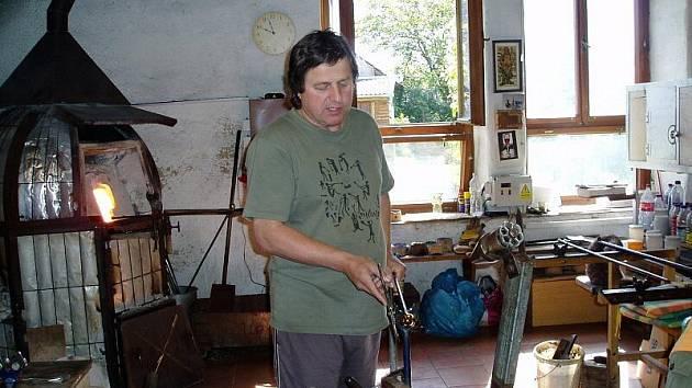 Václav Vlasák při práci ve sklářské huti v Bělčicích