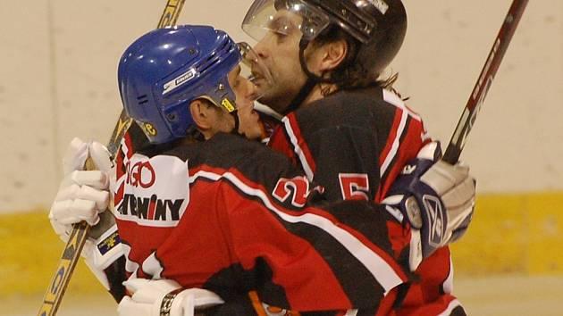 Povedlo se! Strakoničtí hokejisté (na snímku zleva se radují Jan Kadlec a Jaroslav Bartoš) vyhráli v Soběslavi 4:3 a vynutili si tak třetí - rozhodující - zápas na domácím ledě.