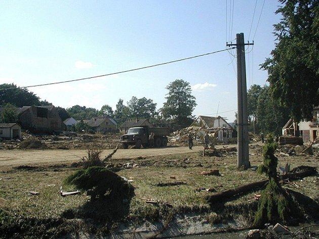 Srpen 2002. Metelská náves po ničivých povodních.