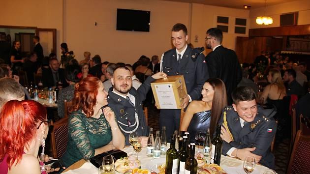 Na vojenském plese se vybralo 32 tisíc korun. Foto: Jakub Kuneš
