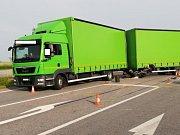 Mezi Vodňany a Újezdem se střetl motocykl s nákladním autem. Motocyklista na místě zemřel.