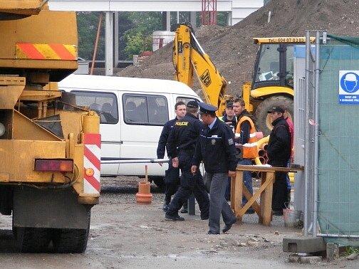 Policisté kontrolovali dělníky na stavbě.