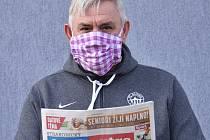 DODRŽUJE KARANTÉNU. Petr Kollros zdraví čtenáře Deníku. Foto: Jan Škrle