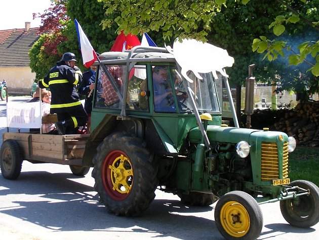Do průvodu vyrazily v Pivkovicích traktory.