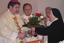 Českobudějovický biskup Jiří Paďour s matkou představenou Terezií Marií Vasilovou.