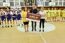 Basketbalistky ZVVZ USK Praha předaly o poločasové přestávce šek na 20 tisích korun do sbírky, do které Strakoničtí celý listopad dávají finance ve prospěch nemocných dvojčátek Karolínky a Rozárky.