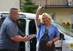 OBRAZEM: Slavnostní předání nového vozu se konalo za účasti  sponzorů a klientů domova.