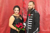 Nevěsta v černém, ženich též, za svatebčany i svědky děsivé postavy. To byla svatba v hororovém cirkusu Ohana ve Strakonicích.