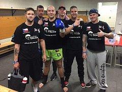 Úspěšný kickboxer Michal Reissinger (třetí zleva) po vítězném zápase se svým týmem.