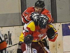 V souboji okresních týmů v krajské lize hokejistů Radomyšl (v tmavém) porazila Strakonice 1:0.