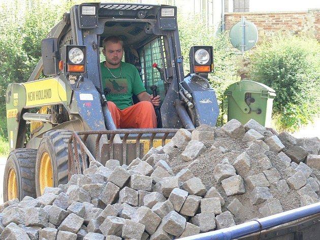 Práce pokračují i v ulici Kochana z Prachové.