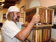 Od založení včelařského spolku ve Volyni uplynulo 110 let. Na snímku je včelař Jan Jakeš z Čestic.