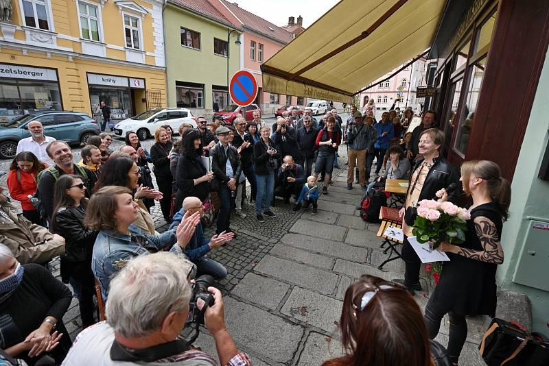 Zahájení festivalového víkendu probíhá tradičně u domu č.p. 6 na třídě J. P. Koubka. V posledních letech zde fotografům poskytuje zázemí Kulturní kavárna Železářství U Šulců.