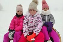 Mladé baskeťačky se nyní věnují i aktivitám na sněhu. Na snímku Johanka a Magdalénka Kratochvílovy a Anička Blahovcová.