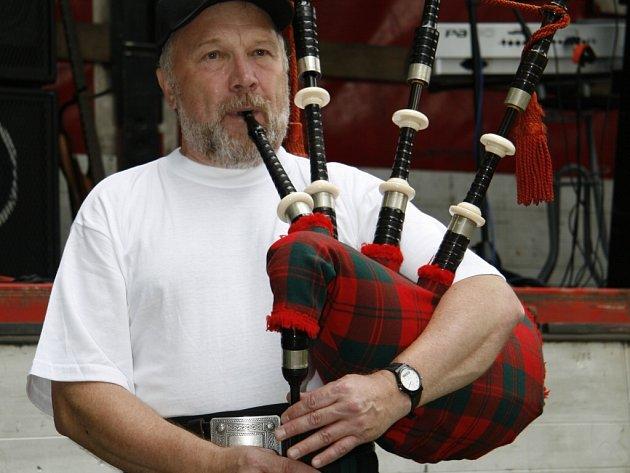 Dudák Miroslav Anger vystoupil na pivovarské pouti se skotskými tradicionály. V jeho vystoupení však nechyběla ani písnička Kdyby byl Bavorov, která prý je dnes mezi skotskými dudáky už velice známá.