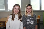 Studentky Kateřina Božková a Diana Žahourová (v bílem).