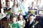 Oslava po korunovaci v kavárně Slavie. Zleva nahoře:Nela Čarková, Hana Křenková, Mikuláš Smetana. Zleva dole: Anna Dordainová, Barbora Helmová, Barbora Zdychyncová.