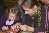 Markéta Seberová a s dcerou Viktorií Novotnou z Volyně při výrově náramku z korálků a drátu.