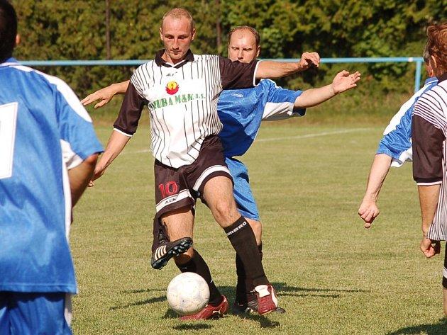 Vodňanský Karel Štěch (v popředí) byl klíčovým hráčem v zápasech A–týmu i B–týmu. Za áčko dal jeden gól a jeden připravil, za rezervu se prosadil třikrát.
