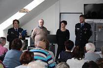 OBRAZEM: Členové Divadelního souboru Čelakovský sehráli v Plánkově ulici příběh na podvodné praktiky některých šmejdů.