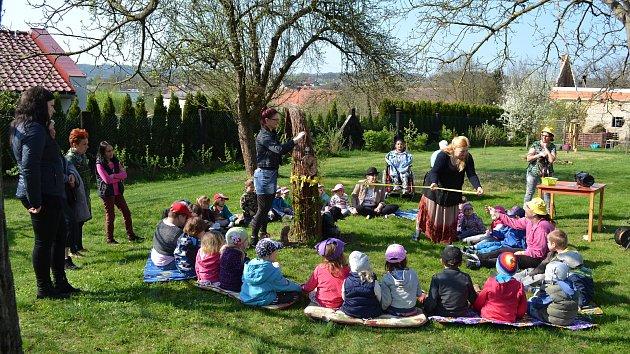 Linhartovská zahrada mezi prvními návštěvníky přivítala děti z místní mateřské školky.