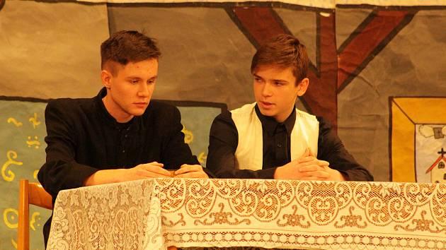Madraha, historicko-divadelní kroužek při ZŠ Dukelská, vystoupil v rámci přehlídky amatérských divadelních souborů Setkání, v Domě kultury ve Strakonicích.