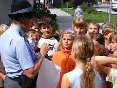 Děti z Blatné se o správné přecházení zajímají.