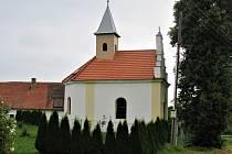 Neuslužice leží 1 km severně od Litochovic.