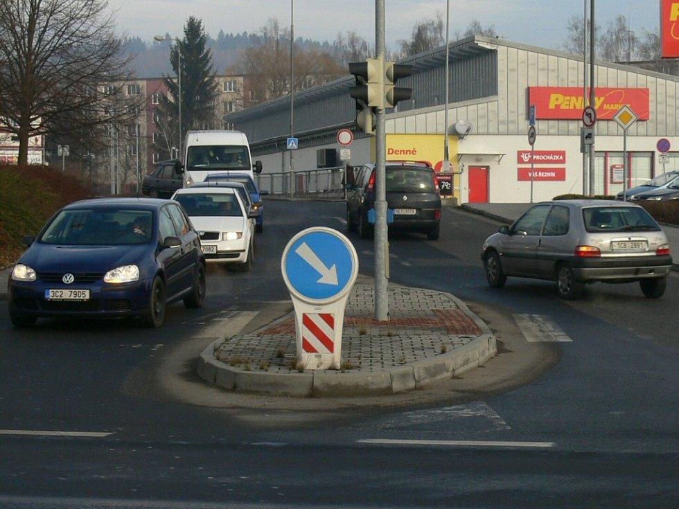 Výjezd od nákupní zóny na Katovickou.